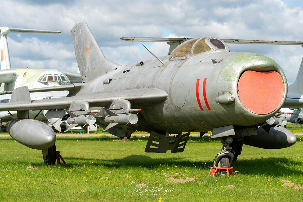 Mikoyan & Gurevich MiG-19 (NATO - Code: FARMER)   - © by Robert Kysela