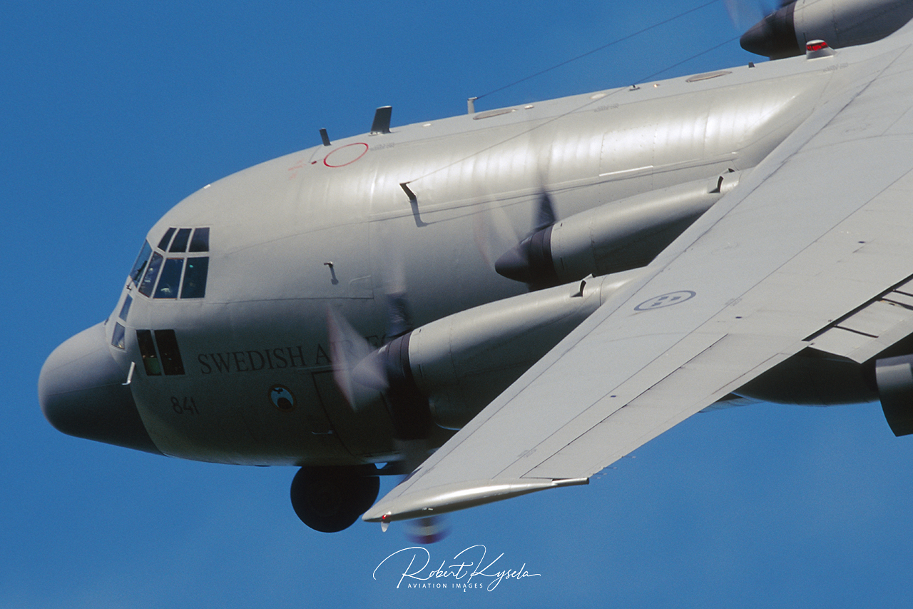 Lockheed C-130E HERCULES  -  © by Robert Kysela