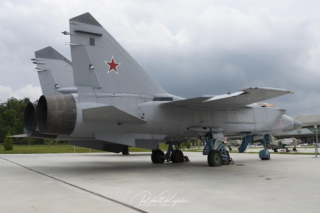 Mikoyan & Gurevich MiG-31BS (NATO Code: FOXHOUND)   - © by Robert Kysela